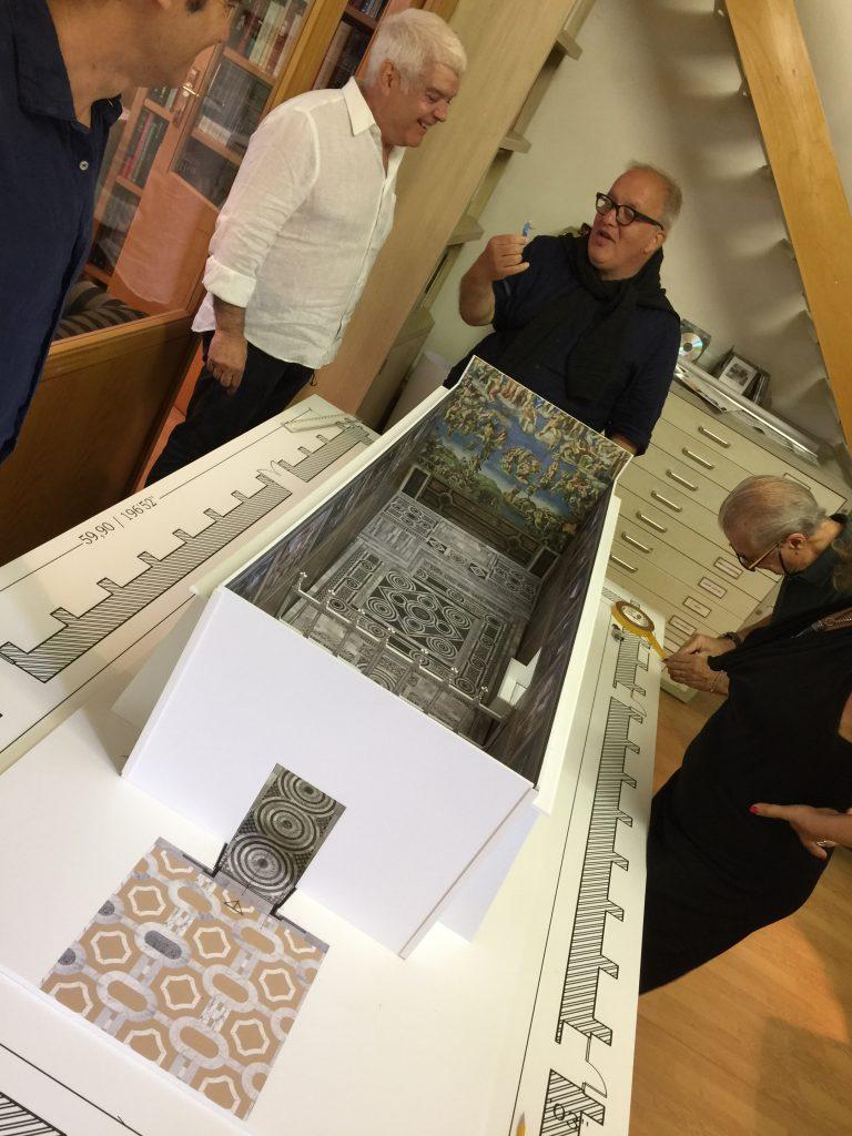 los directores de Arte Mark y Enzo ven la maqueta de la Capilla Sixtina